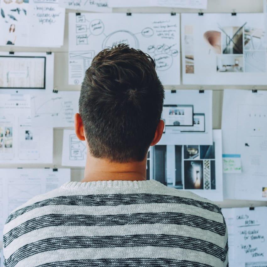 Mand udtænker idé og koncept