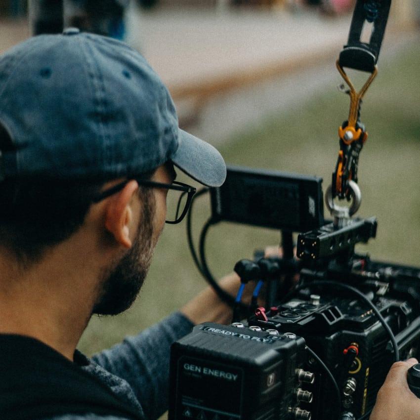 Videofotograf med kamera på professionel videoproduktion
